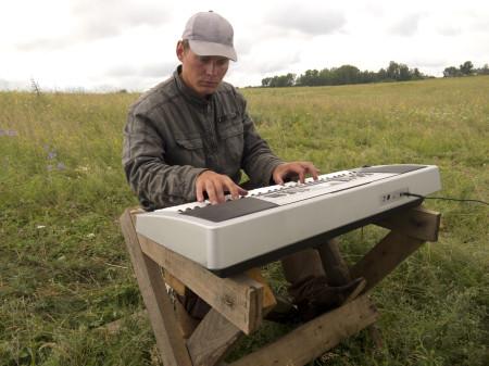 Я за клавишами в поле